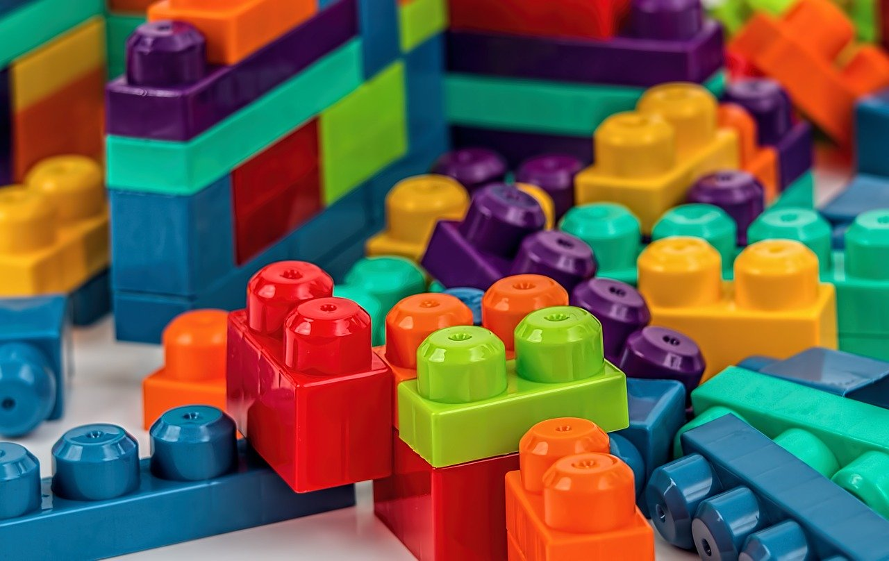 Sklep stacjonarny czy internetowy? Gdzie kupować zabawki?